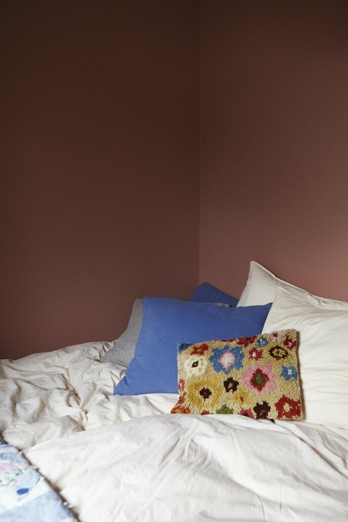 Puter i retrostil pynter opp på et av soverommene.