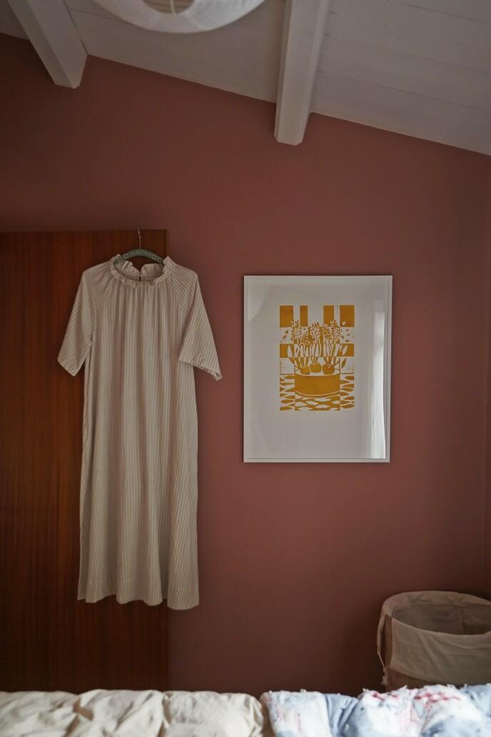 På soverommet er veggene blitt malt i fargen «Yellow and roses» fra File under Pop. Linoleumstrykket på veggen er av Kristine Hellesøe.