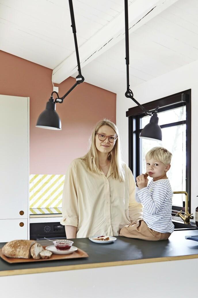 Mette Klit og hennes eldste sønn Herman på fem. Lampene som henger fra taket, er av merket Lampe Gras.