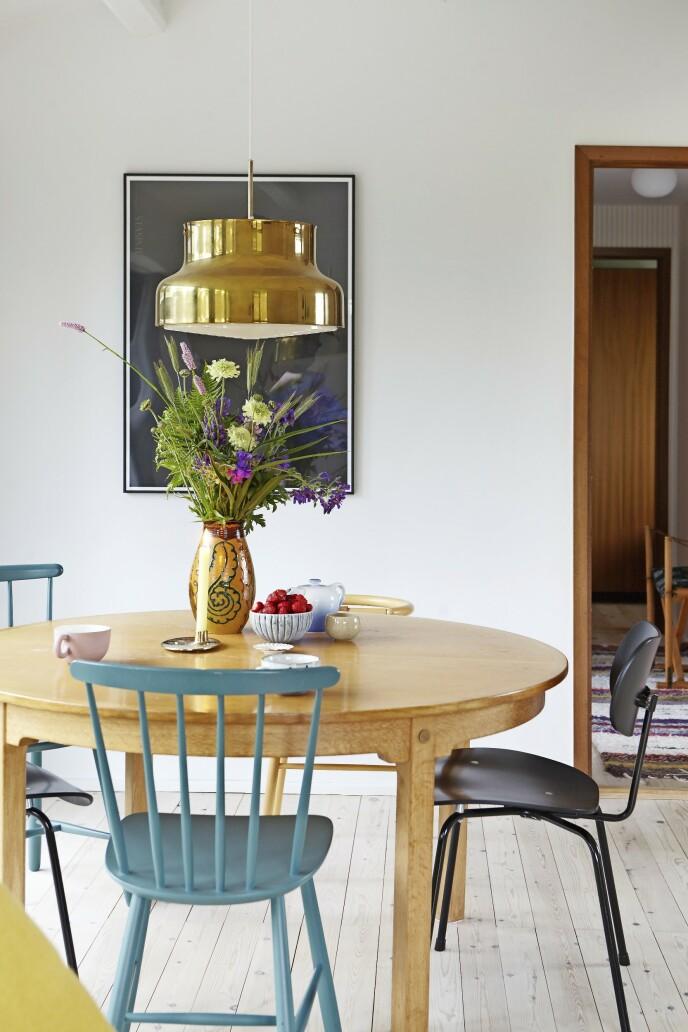 De turkise pinnestolene var noe av det som sto igjen i huset da Mette og familien overtok det. Den svarte spisebordsstolen har de selv kjøpt, og den er designet av tyske Egon Eiermann.