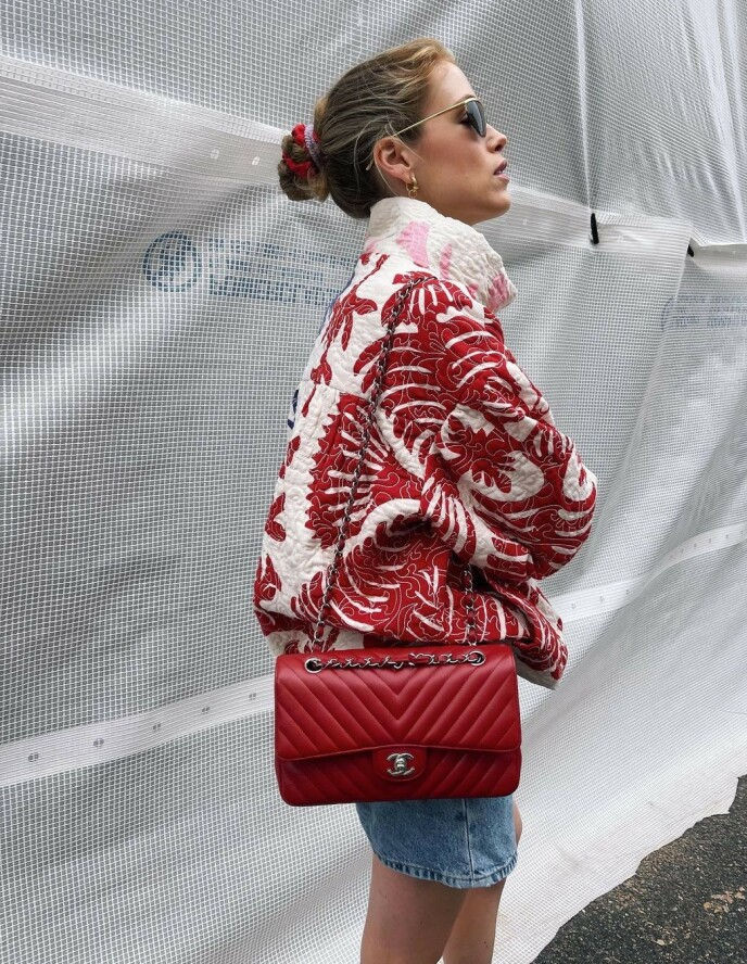 SCRUNCHIES: Influencer Annabel Rosendahl matchet nylig antrekket med rød og lilla scrunchie i håret. Foto: @annabelrosendahl