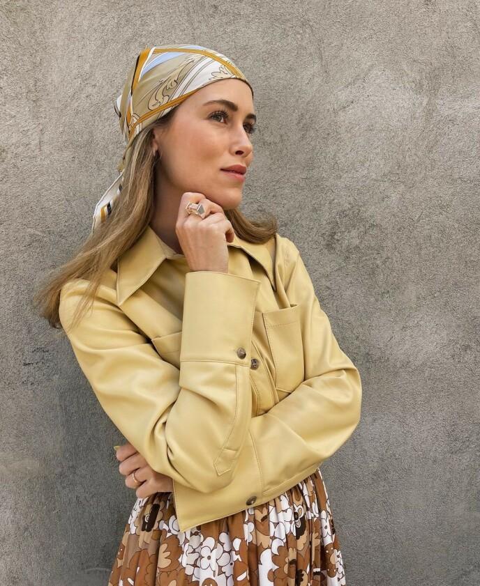 HODEPLAGG: Influencer Annabel Rosendahl har lagt sin elsk på looks med tørkle på hodet. Foto: @annabelrosendahl