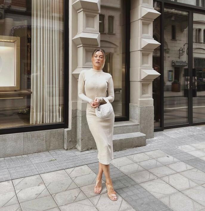 TRANSPARENT: Influencer og reality-kjendis Bianca Ingrosso er ofte å se i plastsko. Foto: @biancaingrosso