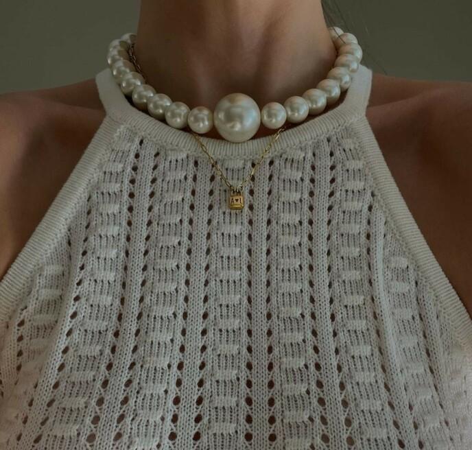 CHOKER: Vi er ikke ferdige med smykker oppi halsen - men dagens chokere er ikke like typiske som de på 2000-tallet. Foto: @austulyys