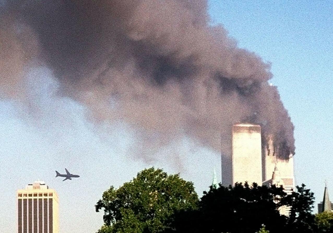 KAPRET: United Airlines Flight 175 er bare sekunder unna å treffe World Trade Centers sørlige tårn i New York. Det er 17 minutter siden nordtårnet ble truffet. FOTO: William Kratzke / AP / NTB