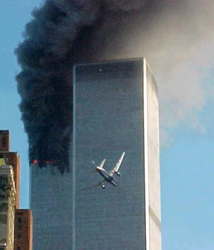 DIREKTESENDT: Om bord på United Airlines Flight 175 satt blant andre lille David og foreldrene Daniel og Ron. Klokken 09:03 traff det Word Trade Centers sørlige tårn. FOTO: Carmen Taylor / AP / NTB