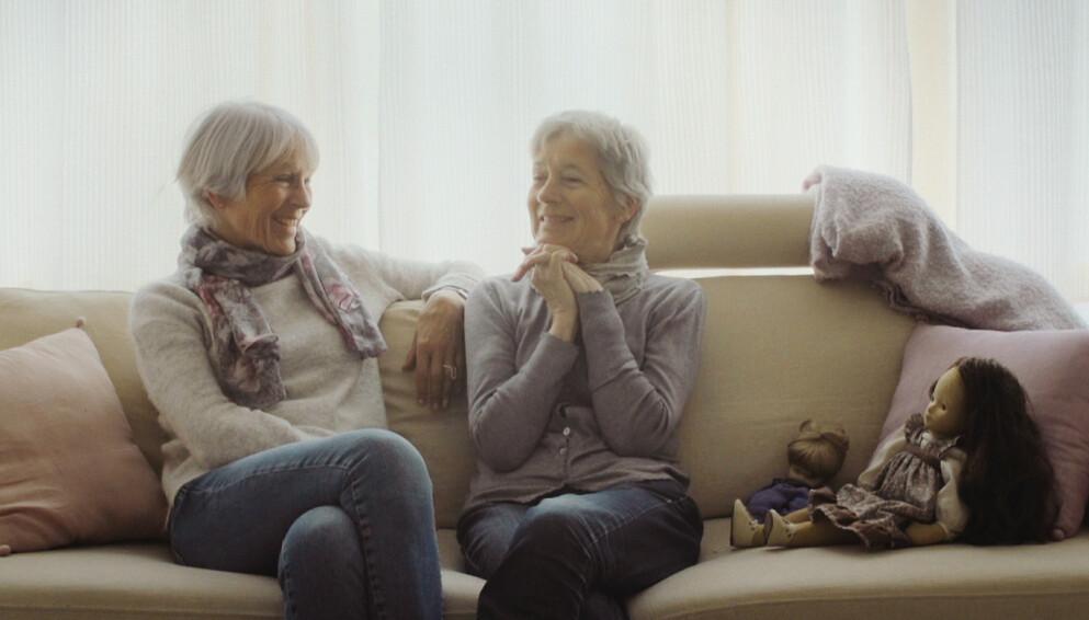 DEMENS: De eneggede tvillingsøstrene Lise og Mimi (t.h.) har delt på livets opp- og nedturer. Også da Mimi ble rammet av demens. FOTO: Ragnhild Nøst Bergem // Stills fra filmen Vær her
