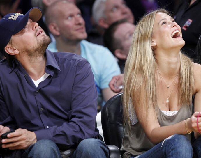 MED BAR: Leonardo DiCaprio og hans daværende modellkjæreste Bar Refaeli under en Los Angeles Lakers-kamp i 2010. FOTO: REUTERS/Lucy Nicholson/NTB
