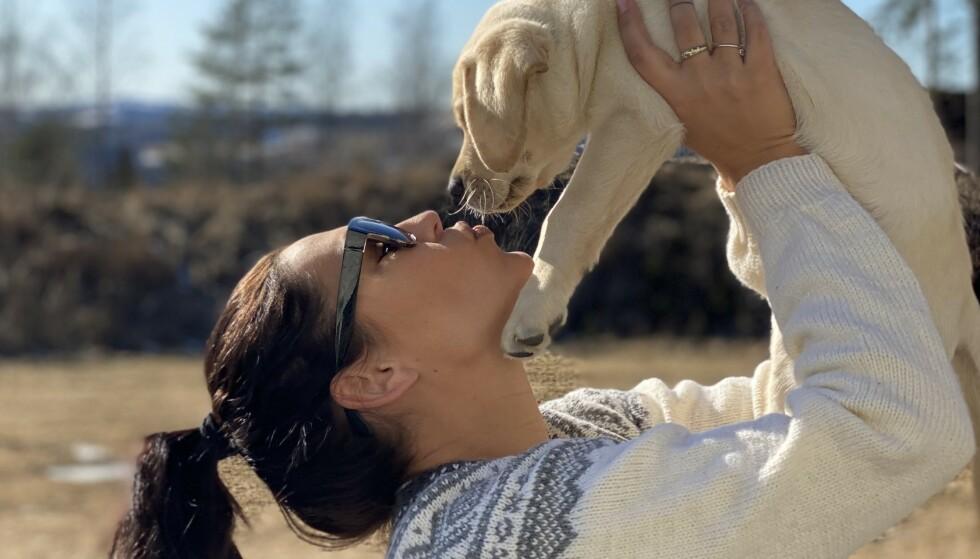 KOS OG KJÆRLIGHET: Tina opplever at hunden Mango gir masse kos og kjærlighet, og for henne er hunden en fullverdig erstatning for barnet hun ikke fikk. Foto: privat.