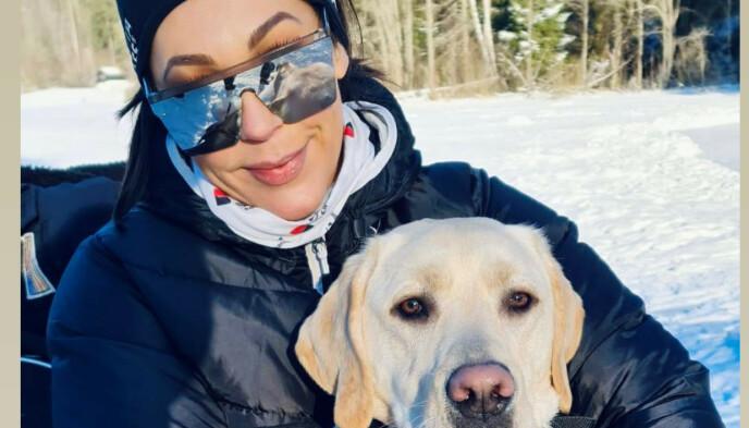 TINA OG MANGO: Tina er så glad i hunden Mango at hun har bestemt seg for å få flere hunder. Foto: Privat.