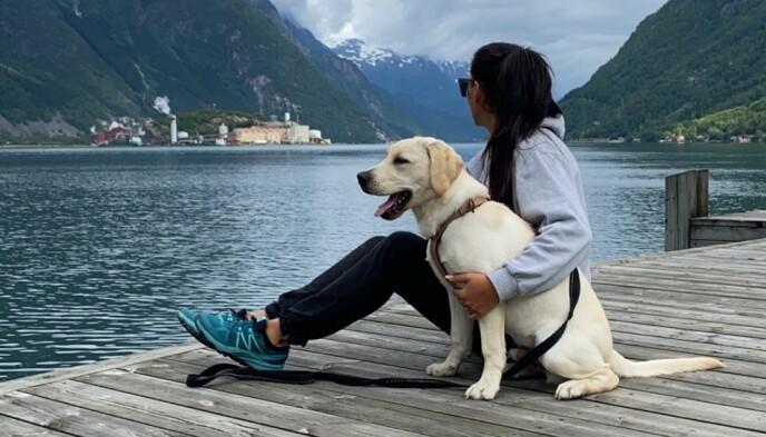 GODT SELSKAP: For Farmen-deltaker Tina Kristine Teien (38) er hunden Mango en fullverdig erstatning for barnet hun ikke fikk. Foto: Privat.