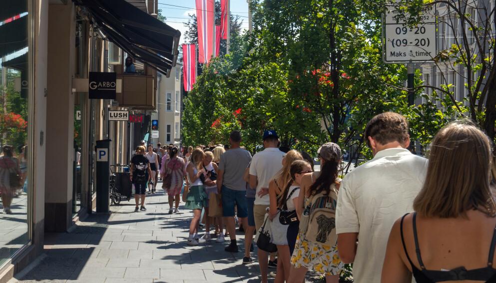 LANGE KØER: Det var lange køer utenfor Brandy Melville-butikken i Oslo i sommer. FOTO: NTB