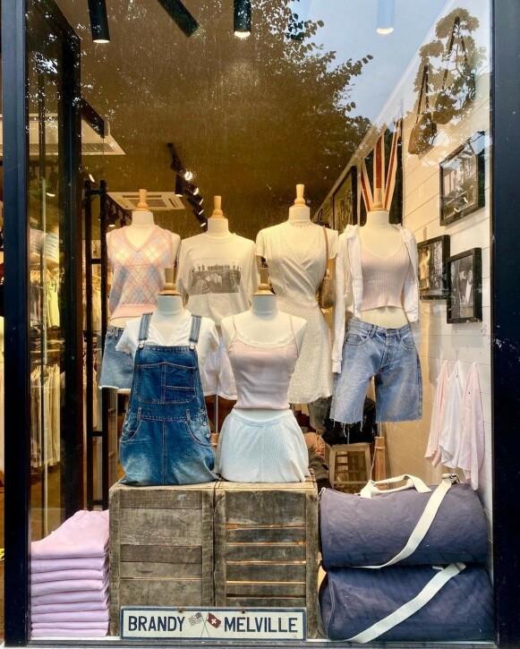 EN STØRRELSE: Brandy Melville har fått kritikk for bare å føre klær i én størrelse. FOTO: INSTAGRAM @BRANDYMELVILLEU