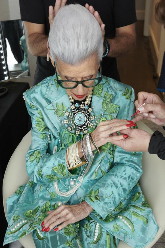 MOTEIKON: 100 år gamle Iris Apfel er blitt et moteikon. FOTO: H&M