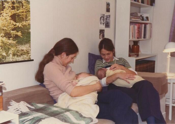 FØR SYKDOMMEN: Tvillingsøstrene Lise og Mimi med hvert sitt barn på fanget - lenge før Mimi ble rammet av demenssykdommen. FOTO: Privat // Vær her