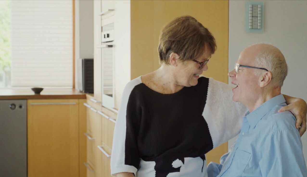 SIGVALD: Komponist Sigvald Tveit med kona Barbro på fanget. FOTO: Ragnhild Nøst Bergem // Stills fra filmen Vær her