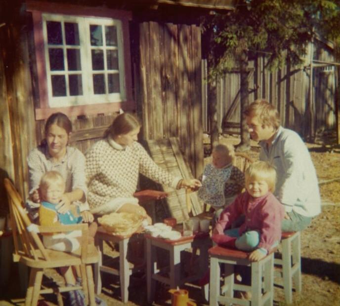FAMILIETUR: Mimi med tvillingsøster Lise og svoger Roar på familietur i Østerdalen en gang på 70-tallet. FOTO: Privat // Vær her