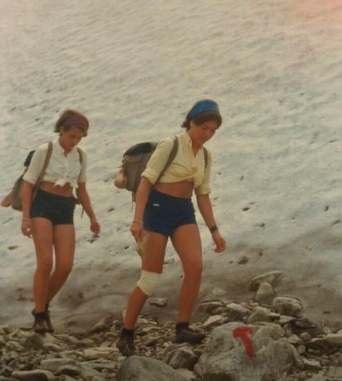 TURGLEDE: Tvillingsøstrene har lagt utallige turer bak seg. Både til skogs og på fjellet. FOTO: Privat // Vær her