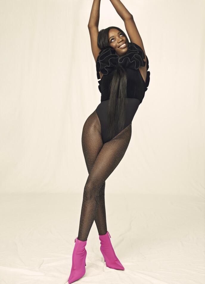 GIFT I SEKS ÅR: – Svigerforeldrene mine har vært gift i 50 år, det er så inspirerende. Selv er jeg helt utslitt etter å ha vært gift i seks år, sier Tinashe spøkefullt. Volangtopp fra H&M Archive, body og sko fra Zara og strømpebukse fra H&M. FOTO: Truls Qvale