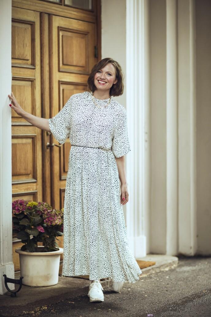 Kjole (kr 400, Lindex), belte (kr 150, H&M), smykke (kr 400, JWLS) og sko (kr 1900, Gaitline). Tips! En fotsid kjole blir mindre formell når man kombinerer med joggesko. FOTO: Astrid Waller