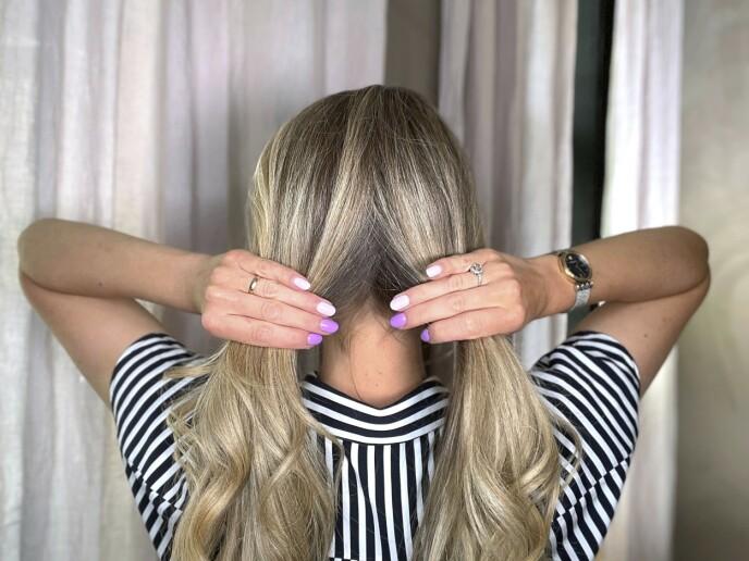 1. Gre alt håret bakover, og del det i to. Ikke vær for nøye med skillen, det er meningen at den skal være skjult når du er ferdig.