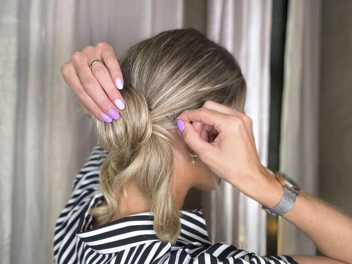 4. Bruk hårnåler til å feste løkkene godt i nakken.