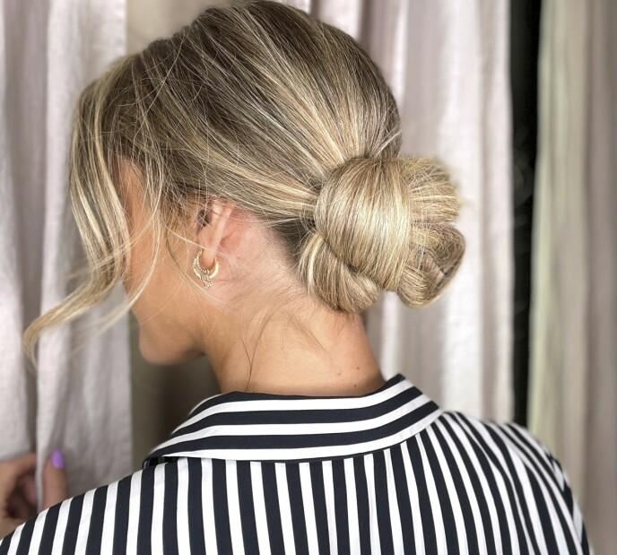 5. Håret som henger løst ned, snurres rundt løkkene og festes med hårnåler. Avslutt med en god hårspray for å låse frisyren.