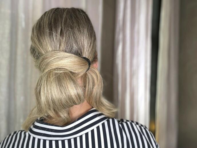 3. Træ den ene løkken gjennom den andre. Dra litt i håret for å gjøre løkkene fyldige og løse.