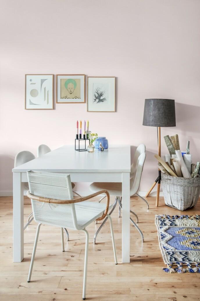 Den lyserosa fargen på veggen har fått selskap av kunstverk fra Kristina Krogh, Michael Kvium og Signe Willersted, som er Louises datter. Hun er utdannet på Danmarks Designskole. Lampen er en demomodell fra Mater, og bordet er kjøpt på Ikea.