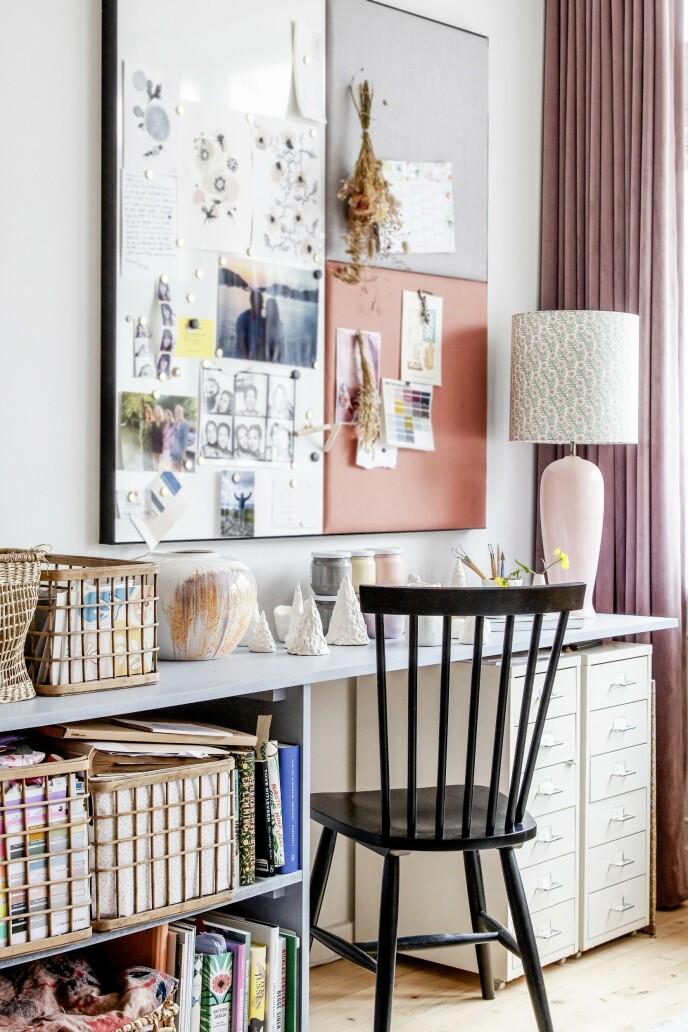 Det kreative hjørnet har en sentral plassering i leiligheten. Kurvene er fra A Simple Mess, og stolen er fra Ilva. Den store vasen og lampen er fra Louises egen butikk, Atelier Louise Dorph.