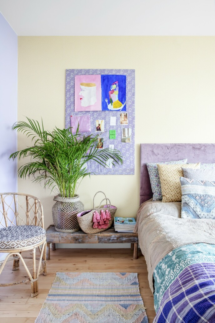 På datteren Annas rom skaper kurvmøbler, mønstrete tekstiler og en stor, frodig palme bohemstemning. På oppslagstavlen henger flere av hennes egne malerier.