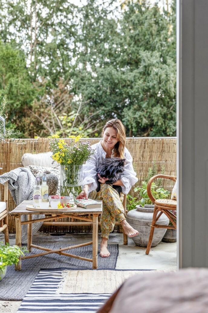 Når solstrålene titter fram i sommerhalvåret, flytter Louise gjerne arbeidsplassen ut på terrassen.