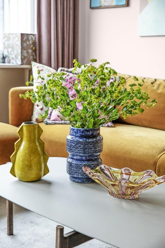 Kjøp flere bunter med blomster, og lag små buketter av dem som du kan plassere i vaser rundt om i hjemmet. Tingene på bordet er fra Louises butikk, Atelier Louise Dorph.