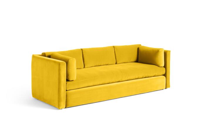 Gul sofa (kr 37 500, Hay).