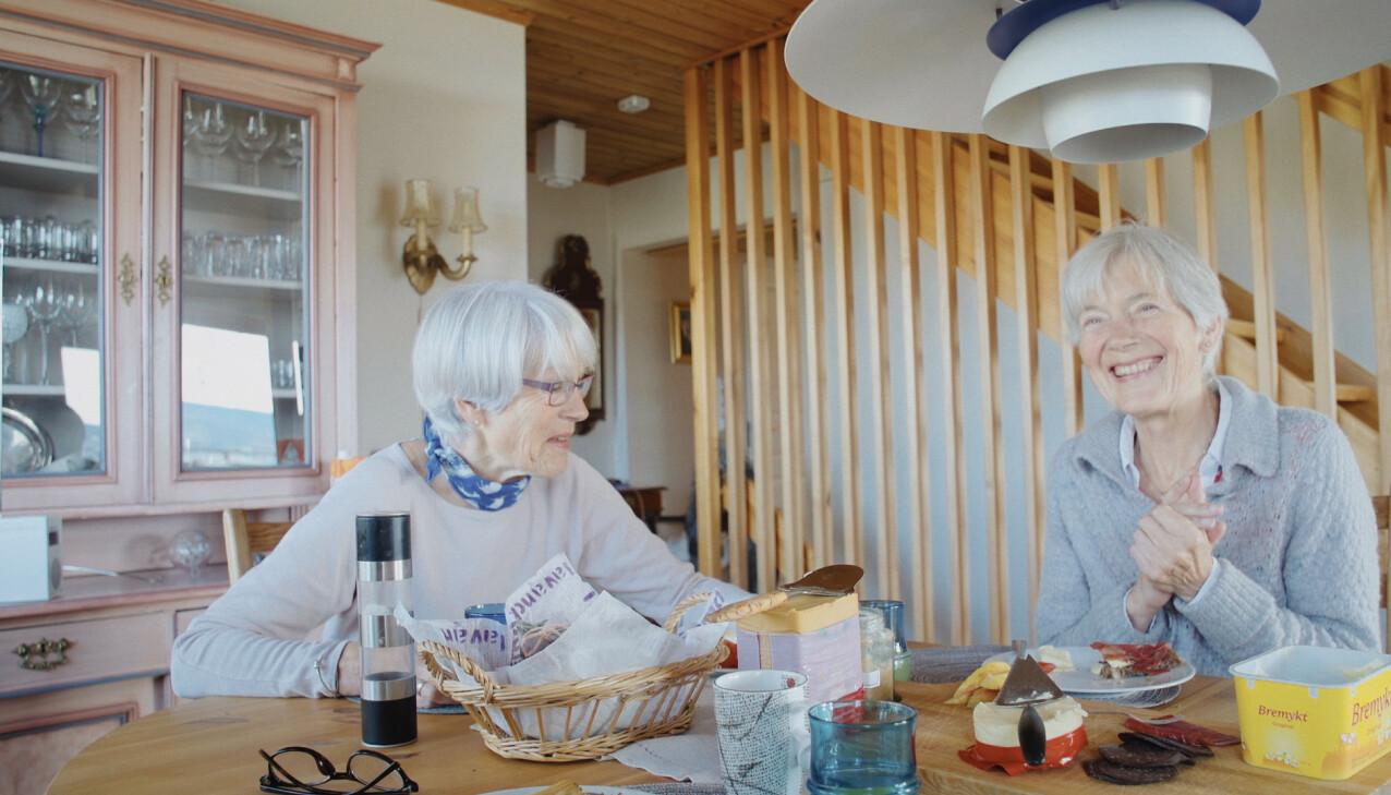NÆRE: Lise (t.v.) og Mimi under innspillingen av dokumentarfilmen. FOTO: Ragnhild Nøst Bergem // Vær her