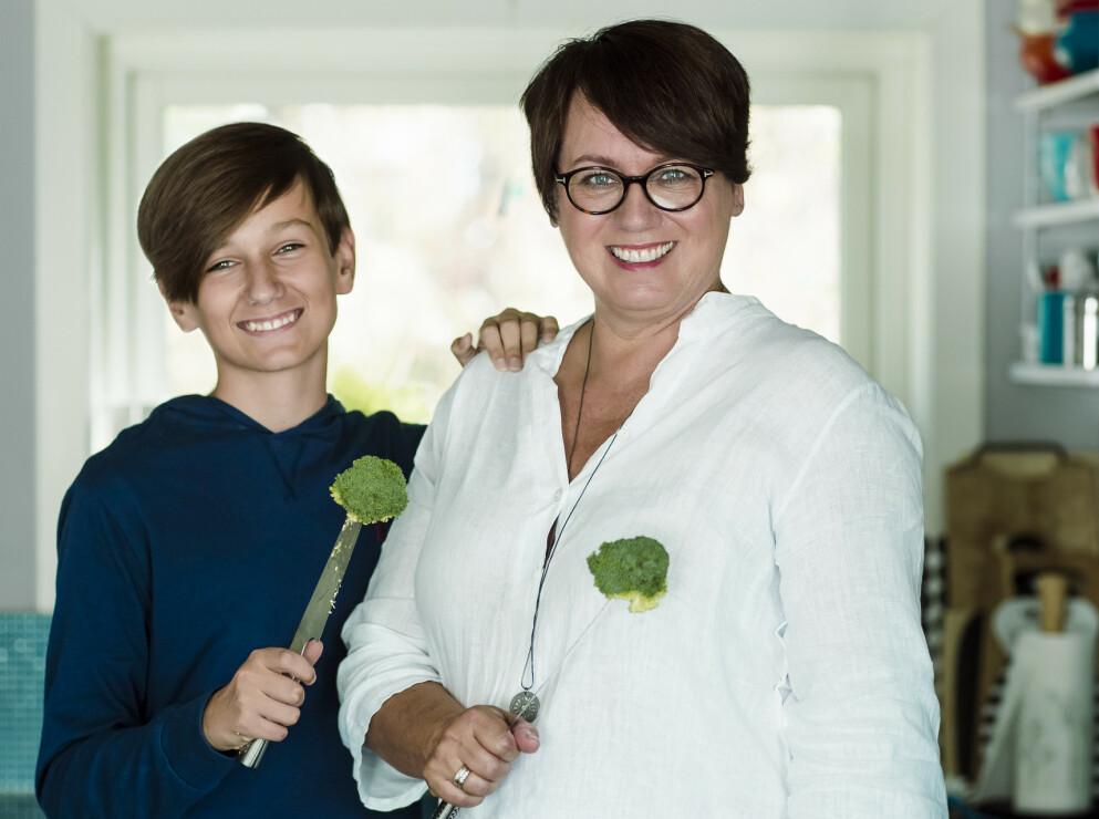 FÅ TENÅRINGENE MED I MATLAGINGEN: Trine Sandberg har sammen med sønnen Mathias funnet frem gode og enkle oppskrifter som tenåringene fint kan lage selv. FOTO: Astrid Waller
