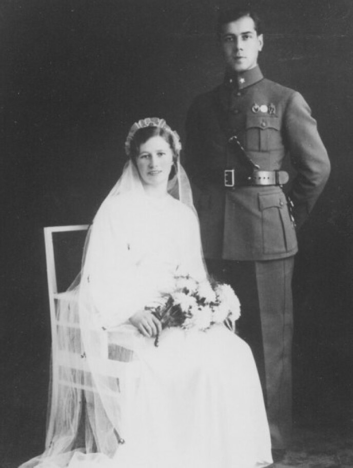 TAPRE NORDMENN: Den nygifte fenrik Erik Melheim, siden kaptein, med kona Inga oppstilt hos fotografen i 1936. FOTO: Gyldendal