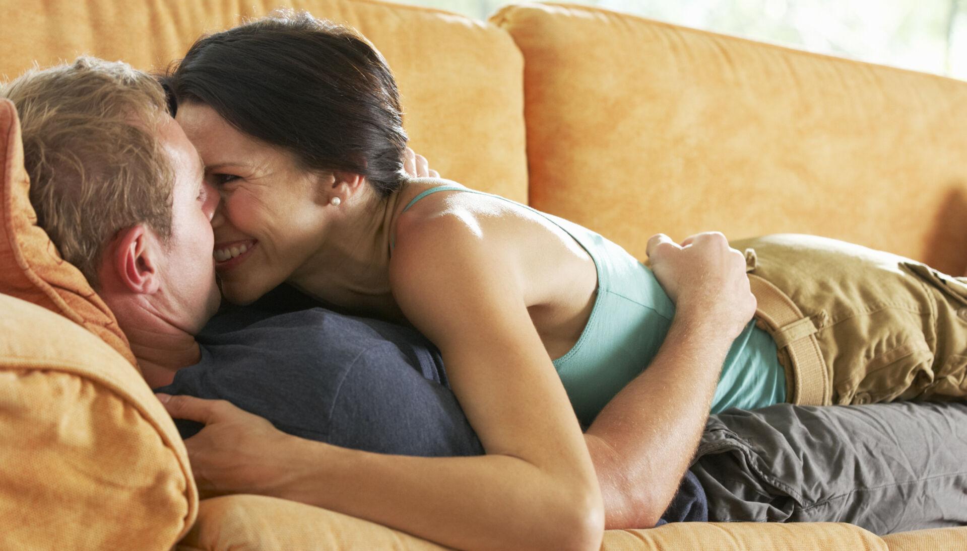FORHOLD SOM VARER: Noe vi egentlig trodde var relativt utdatert, viser seg å være svært beskyttende for parforholdet. Foto: NTB