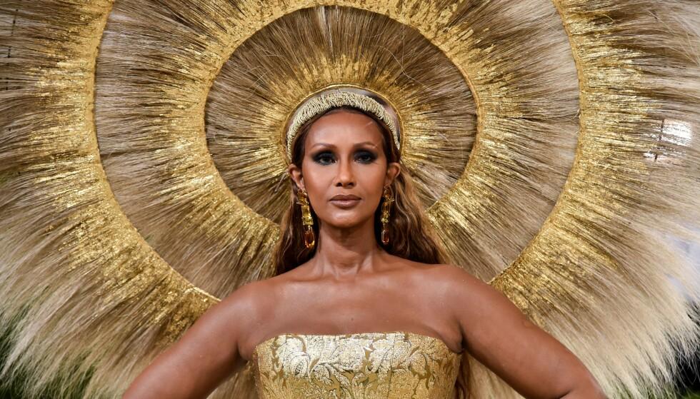 GIKK FOR GULL: Supermodell Iman (66) imponerte alle på den røde løperen under årets Met-galla. FOTO: NTB