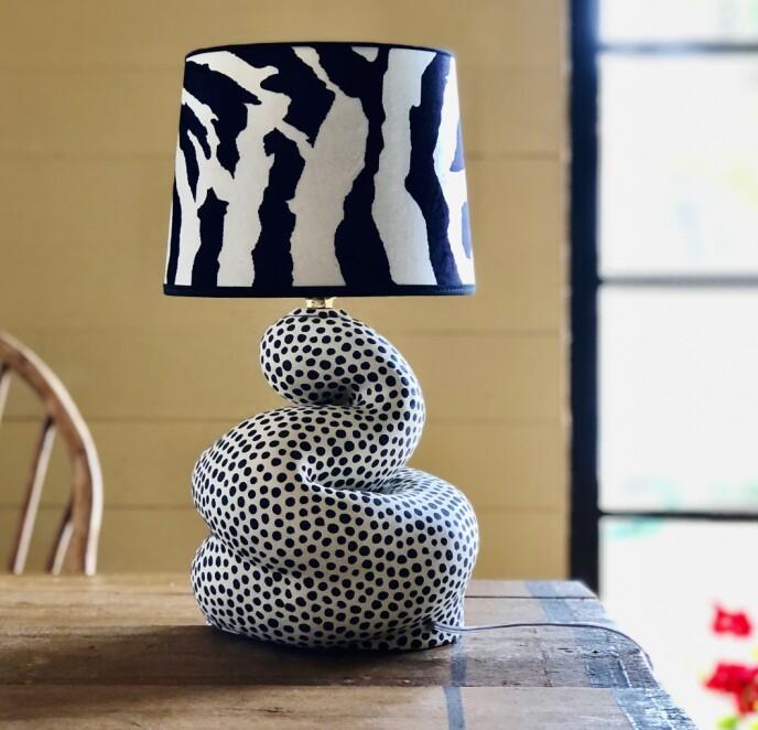 INTERIØR: Lamper, kopper og lysestaker er noen av produktene hun lager. FOTO: Privat