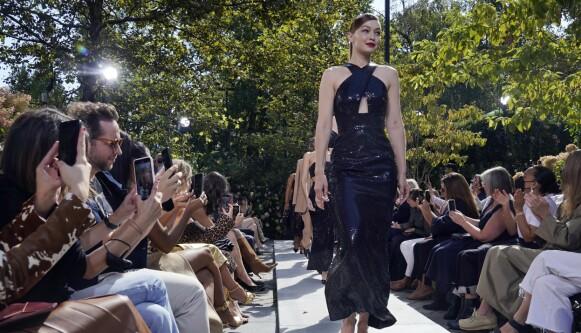 MER ENN VESKER: Michael Kors er kjent for mer enn vesker. Her er supermodell Gigi Hadid på catwalken for merkets Spring 2022-kolleksjon som ble vist i New York tidligere denne måneden. FOTO: NTB