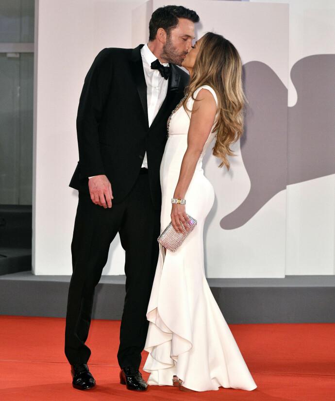 FOR ÅPEN SCENE: Jennifer Lopez og Ben Affleck holdt ikke igjen på følelsene under filmfestivalen i Venezia i 2021. FOTO: NTB