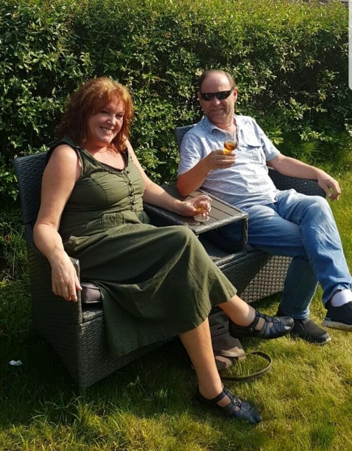 Lisbeth og Tore sitter ofte ute i hagen i sommerhalvåret. FOTO: Privat