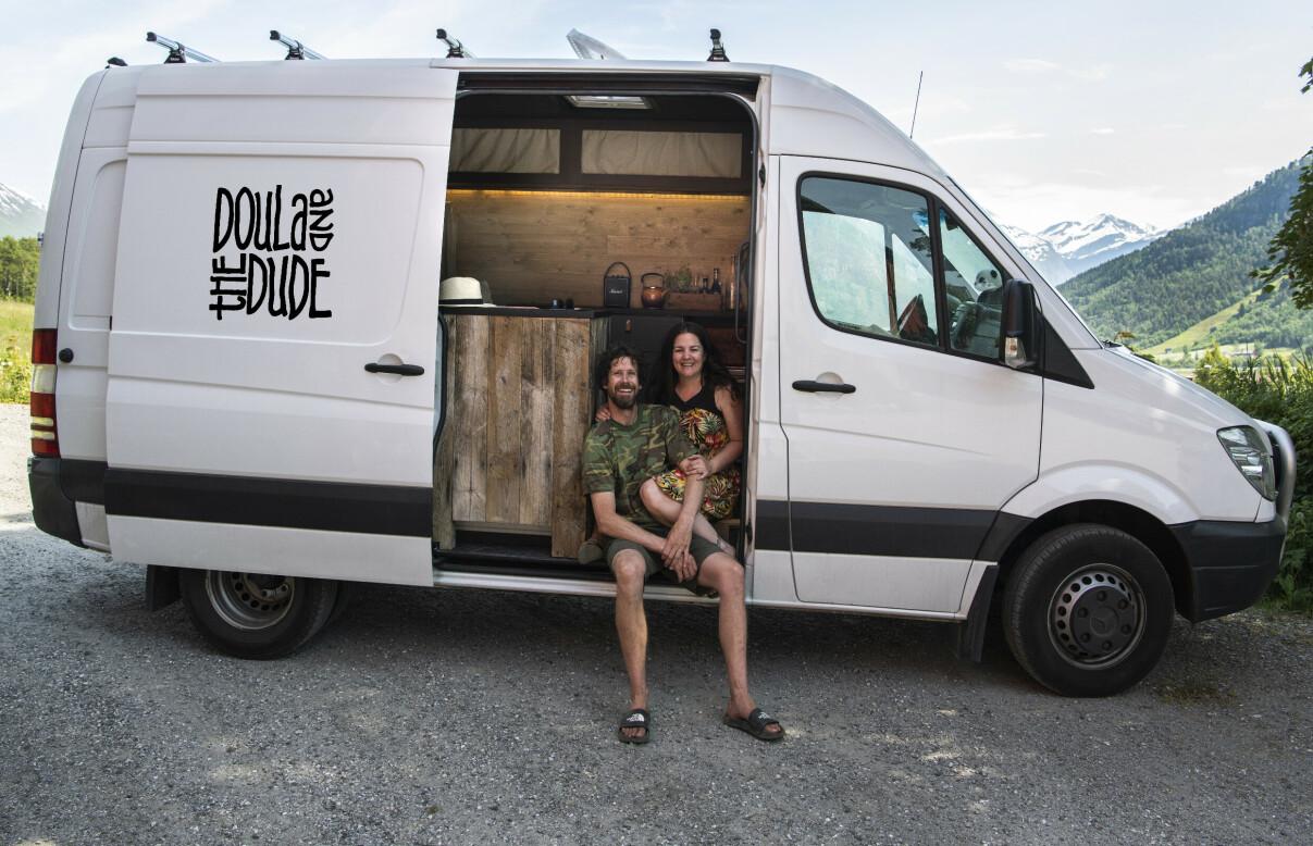 REISER RUNDT I FØDEBILEN: «The Birth Mobile», er en gammel varebil som Eva og samboer Ole Jacob har bygd om til et lite hjem med seng, kontor og kjøkken. Drømmen er å kjøre rundt i Europa og overvære fødsler der fødende ønsker at de skal komme. FOTO: Privat