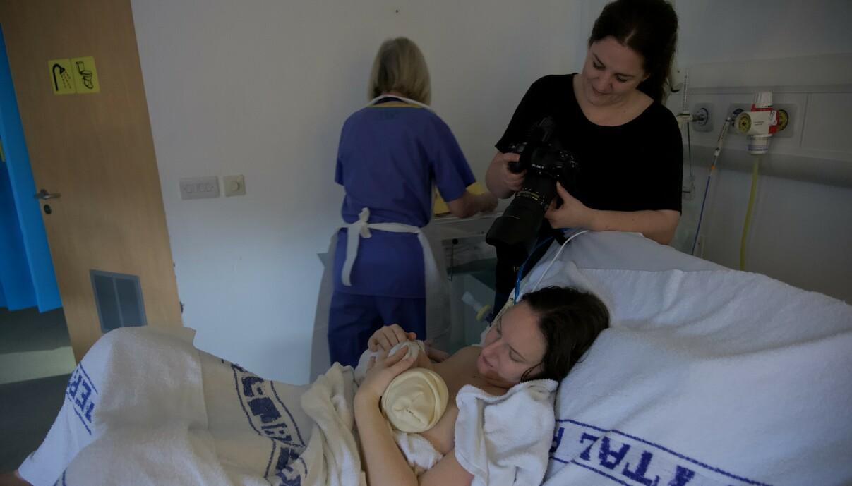 INTIMT ØYEBLIKK: Mens fødselsfotografering tidligere ble sett på som noe veldig sært og rart, har det i dag blitt forholdsvis vanlig å ta med seg en fotograf på fødestua. FOTO: Privat