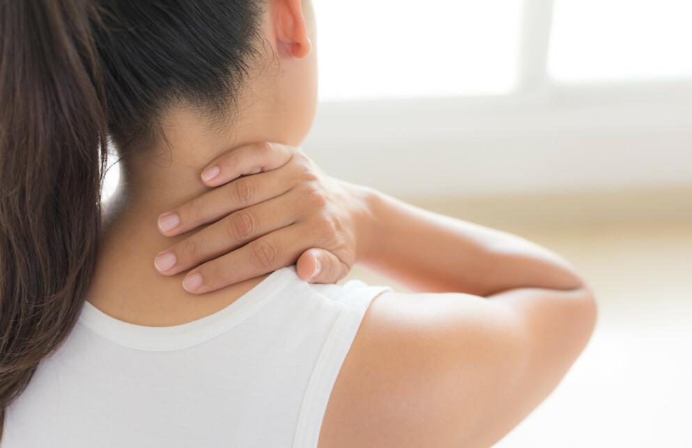 VONDT I NAKKEN: Muskelknuter i naken er vondt, og om hjelpen ikke er nær, kan du kanskje prøve dette trikset? FOTO: NTB