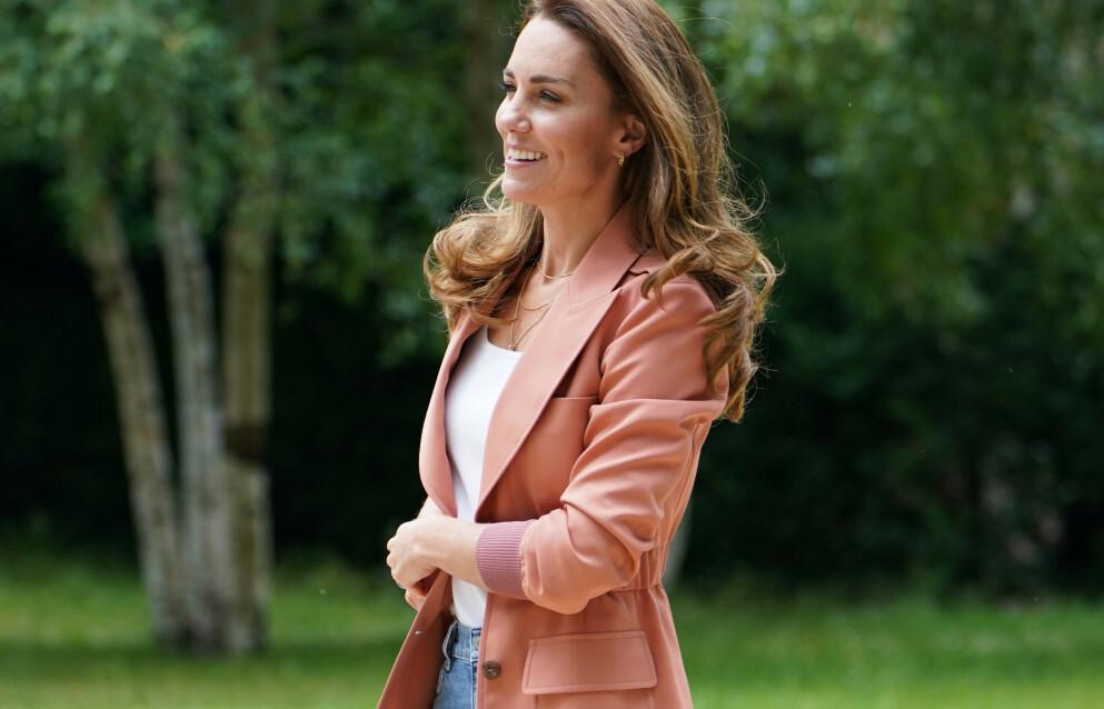 TILBAKE: Jeansene Kate Middleton har på her ble utsolgt i sommer. Nå er de tilbake i butikkhyllene. FOTO: NTB