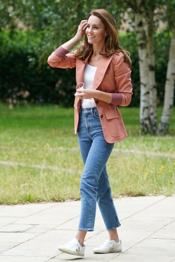 FAVORITT: Ved to anledninger har Kate Middleton brukt disse jeansene fra & Other Stories. Her i juni i år. FOTO: NTB