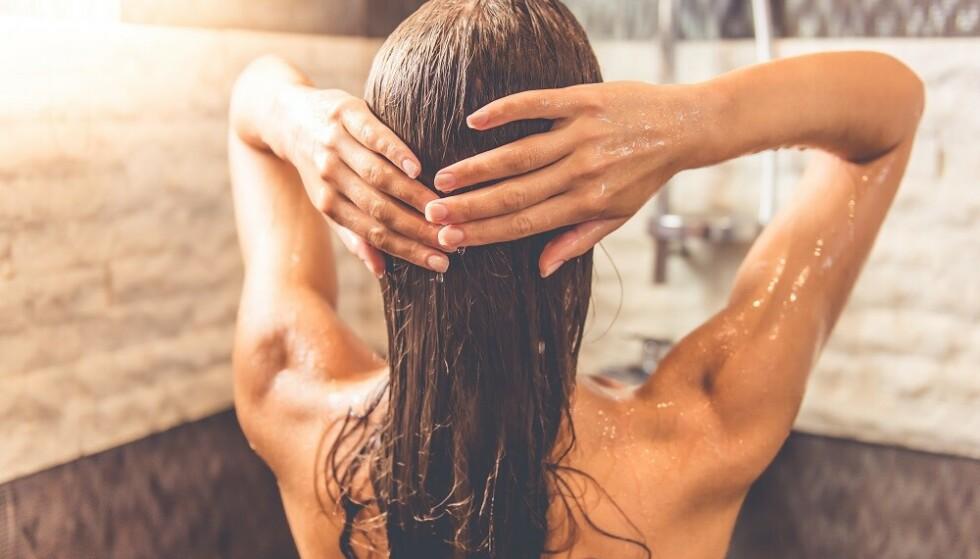 KALDT VANN ER BRA FOR HÅRET: - Det er så enkelt og smart, og man får et mye friskere hår – og hud! FOTO: NTB