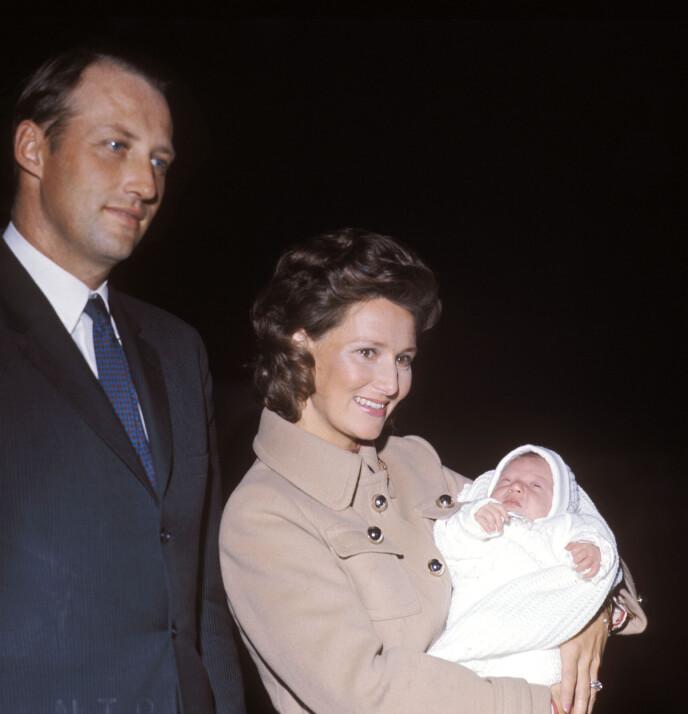 DEN GANG DA: Stolte foreldre med førstefødte prinsesse Märtha Louise i 1971. FOTO: NTB